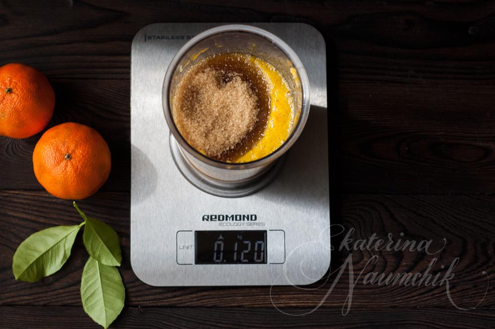добавляем сахар в пюре из мандарина