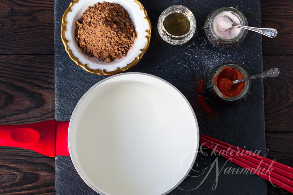 Кипятим сливки перед добавлением тёртого шоколада