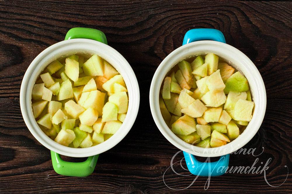 Яблочный крамбл с голубикой, выкладываем яблоки в формы