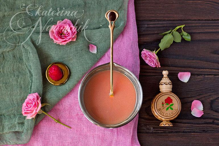 Перемешиваем и добавляем эфирное масло розы. Трюфель с розой почти готов!
