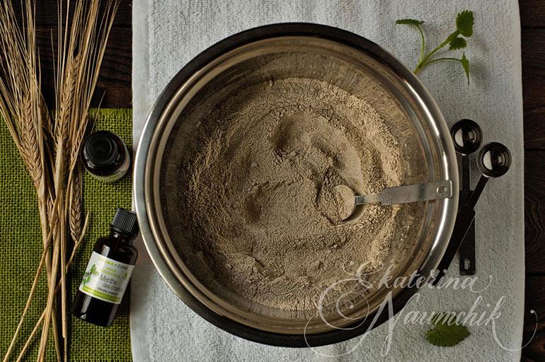 Перемешайте порошок и эфирные масла до однородного состояния