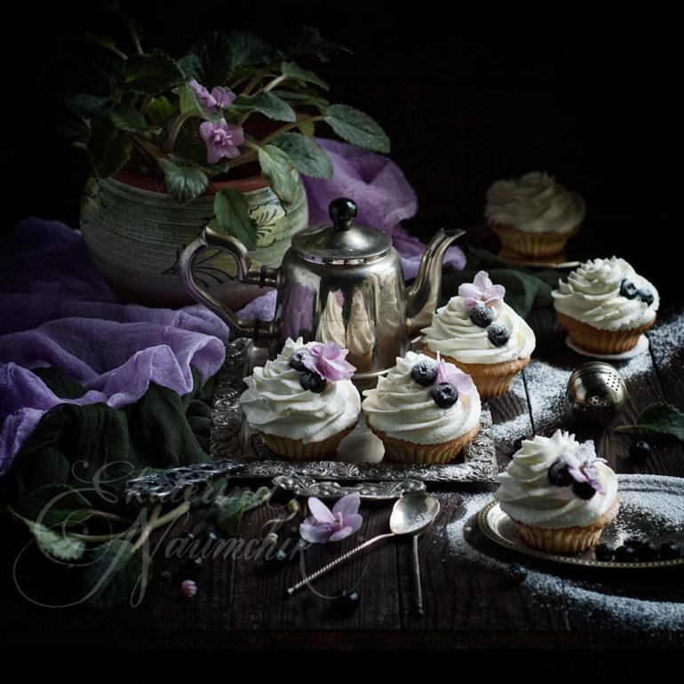 Миндальные капкейки со взбитыми сливками