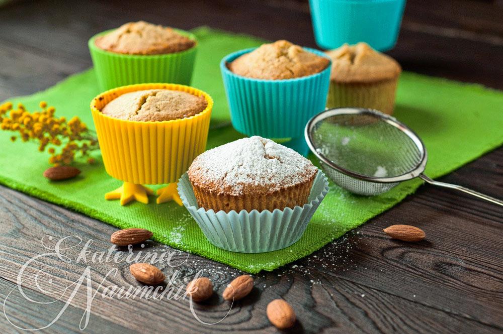 Готовые кексы посыпаем сахарной пудрой