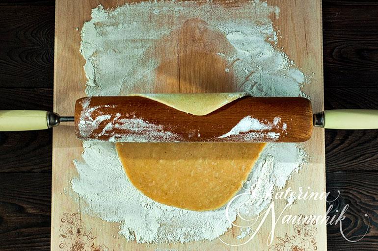 Раскатываем тесто для минитартов с мандариновым джемом