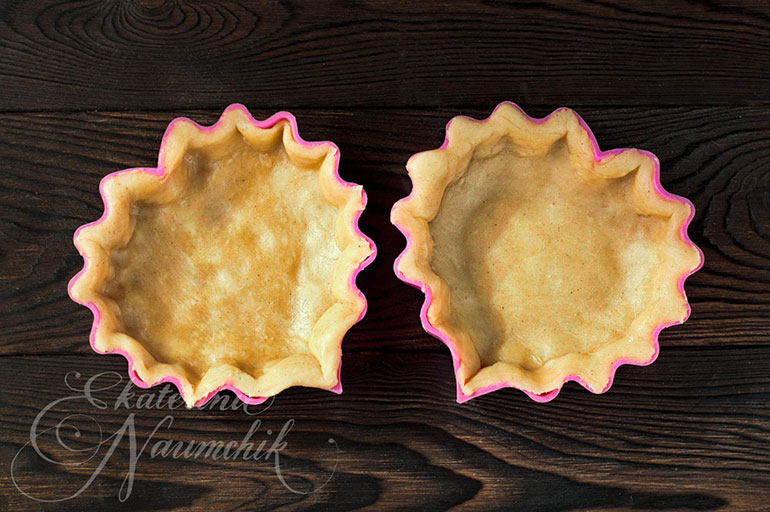 Тесто для минитартов с мандариновым джемом выкладываем в формочки
