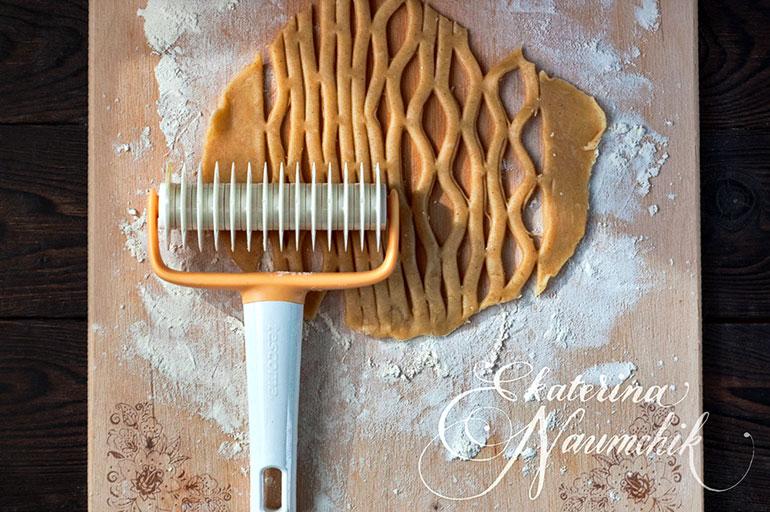 Вырезаем декоративную решётку для украшения минитартов с мандариновым джемом