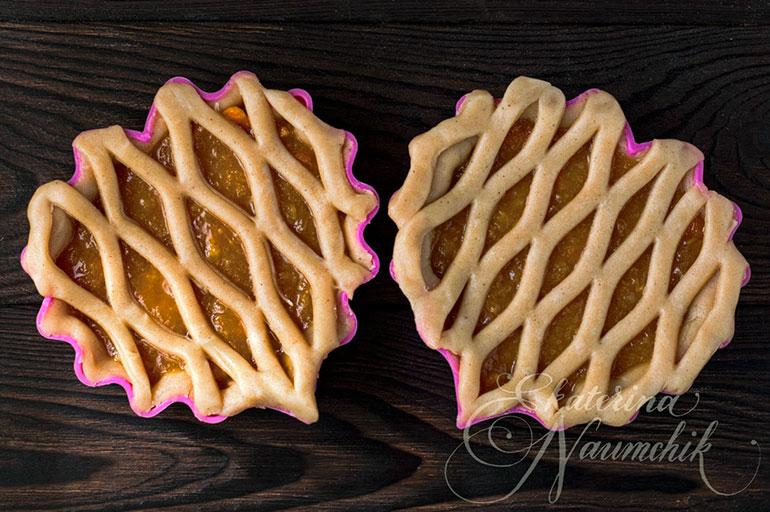 Украшаем минитарты с мандариновым джемом и ставим в духовку для выпекания